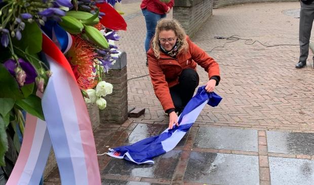 <p>Karine Jekel onthult tegel 2021 van het Herdenkingsmonument</p>