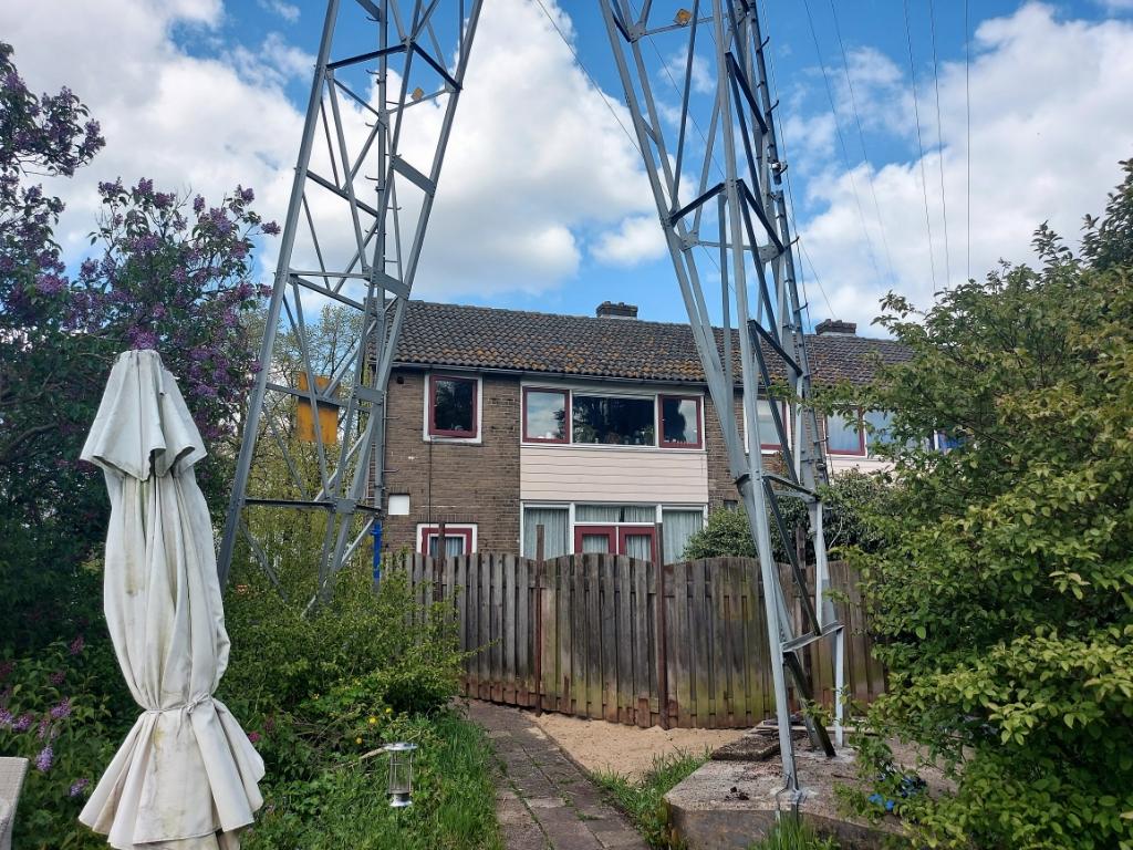 Oplossing fotoquiz 52: Ede, Hoek Timorlaan/Proosdijerveldweg: hoogspanningsmast in tuin.  Henny Jansen © BDU Media