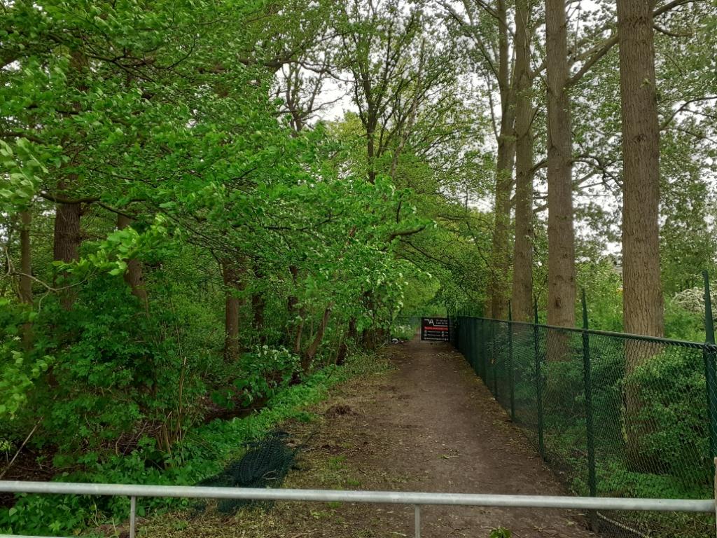 De afgesloten weg naast landgoed Dennenburg, de situatie op 21 mei binnen de hekken John Beringen © BDU media