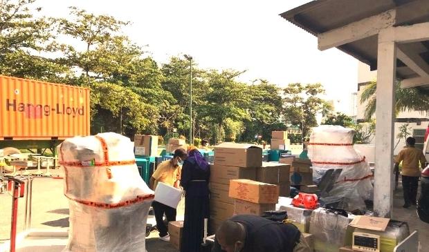 Uitladen container Batam