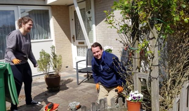 <p>Vrijwilligers knappen tuinen op van oudere dames.</p>