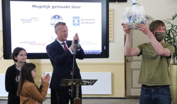 Commissaris van de Koning Provincie Noord-Holland, de heer Arthur van Dijk en de kinderjury naast de winnaar Rijerse.  Wijnand Burger © BDU media