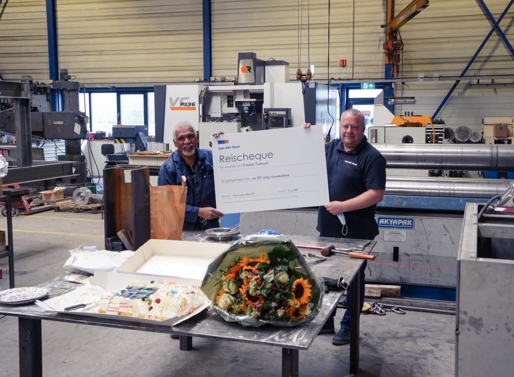 Cor Usmany en Peter Krommenhoek met de reischeque Mirjam Houdé - Van der Vlies - Van der Leun © BDU media
