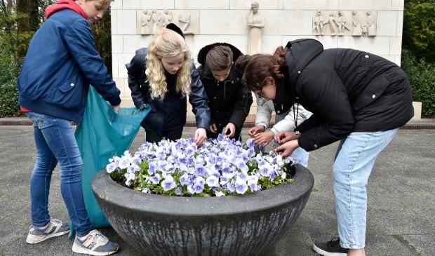 <p>Elk jaar knappen leerlingen van de 2e Van der Huchtschool de omgeving van het herdenkingsmonument in Soestdijk op.</p>