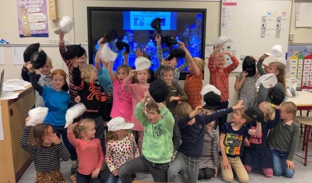 Na afloop van de voorstelling mogen de kinderen traditiegetrouw op de foto met de docentenband van de muziekschool.