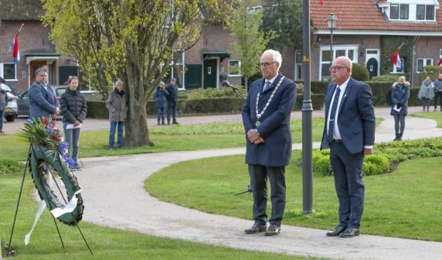 <p>Burgemester Renkema, links op de foto</p>