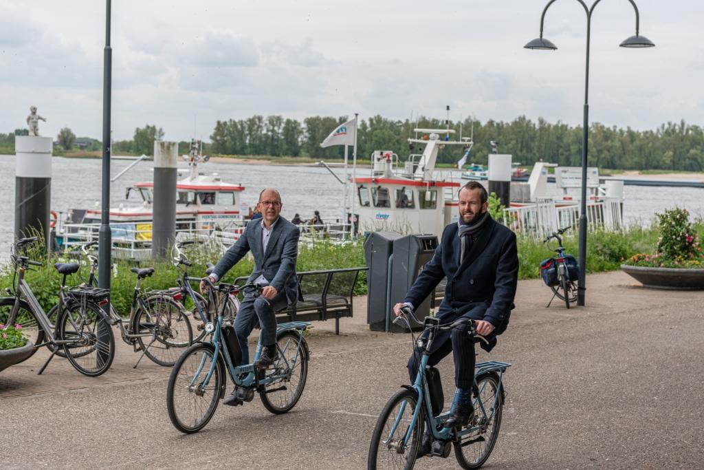 Wethouder Hans Tanis (links) en Joost van der Geest reserveerden de eerste fietsen Anne Breddels © BDU Media