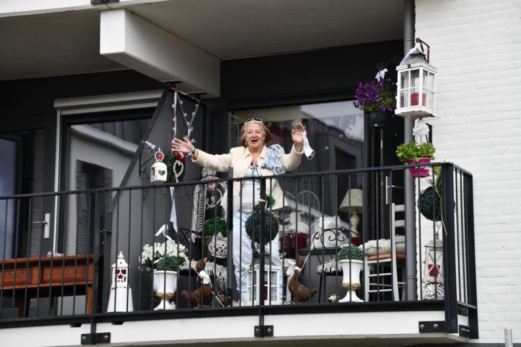 Een bewoonster van Mariënburg kan de muzikale verrassing wel waarderen. Jaap van den Broek © BDU media