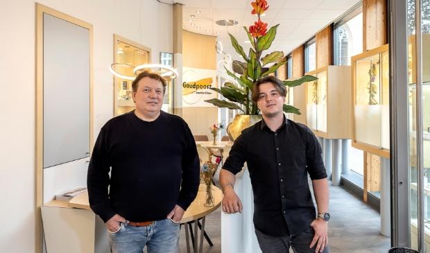 <p>Vader en zoon Andr&eacute; en Xander Erken in de winkel aan de Torenstraat.</p>