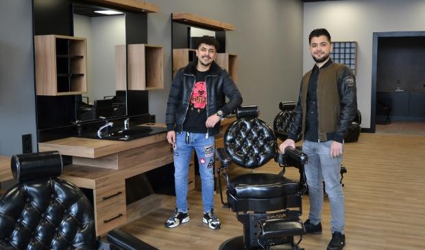 <p>Salim (rechts) en zijn broertje Hussain openen zaterdag De Barabier in Hoevelaken</p>