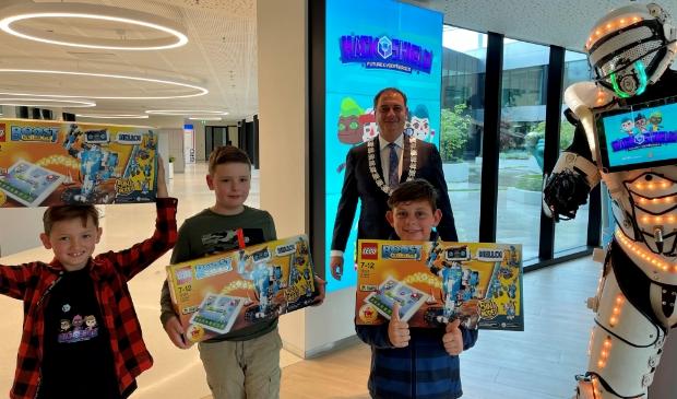 <p>Topagenten David, Luuk en Dani&euml;l werden woensdagmiddag door burgemeester Bouwmeester in het gebouw van AFAS verrast op een mooi cadeau.</p>