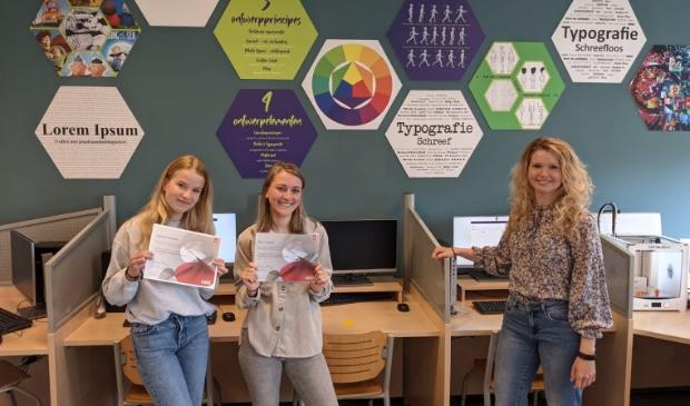 <p>Fleur en Tabitha zijn de eerste leerlingen op de Windroos met het Adobe Certificaat</p>