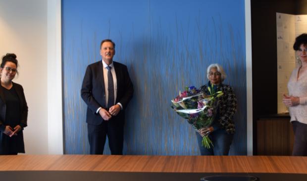 <p>Van links naar rechts: Tamara Kuschel van de Regenboog Groep, Mila Johda, wethouder Rob Ellermeijer, Wil Roode van de SP.</p>