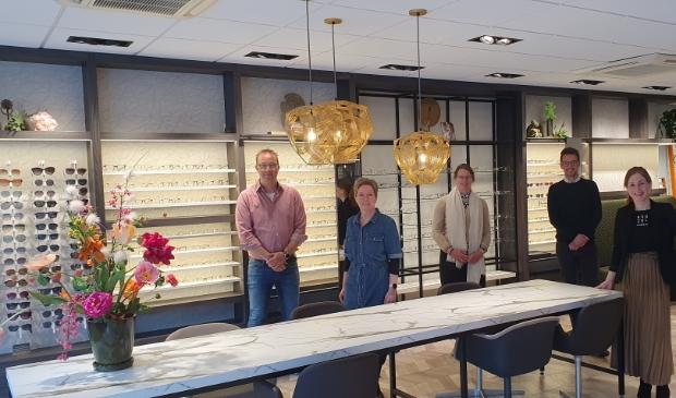 <p>Het team van EyeCare Kaaschieter in de grondig vernieuwde winkel aan de Dorpsstraat in Scherpenzeel..</p>
