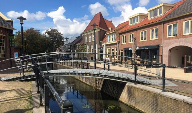 <p>De huidige stalen &#39;boogbrug&#39; over de beek wordt vervangen door een rechte brug.</p>