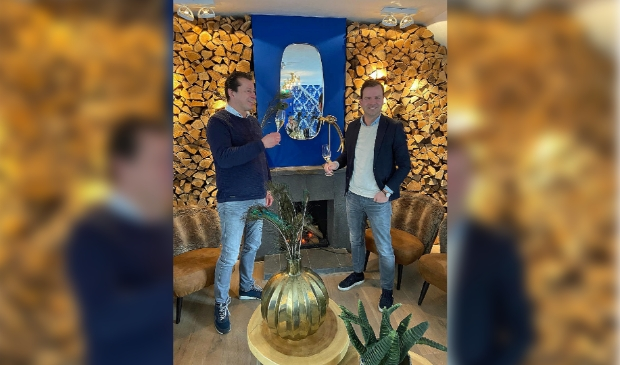 <p>George Kroon (links) en Billy van der Lans heffen in restaurant Vuur het glas op de overname.&nbsp;</p>