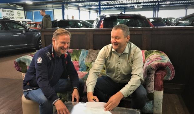 <p>Aat Visser (links) van de STK en Robbert Smeeing die het toernooi op verschillende manieren ondersteunt</p>