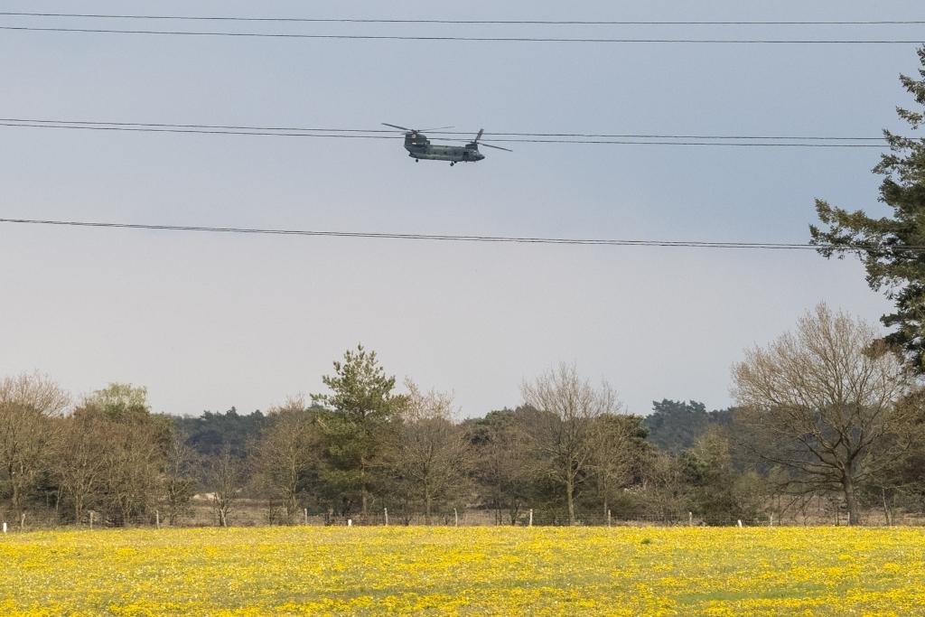 De bemanning van de gestrande helikopter werd door collega's opgehaald en teruggevlogen naar Gilze-Rijen Ted Walker  © BDU Media