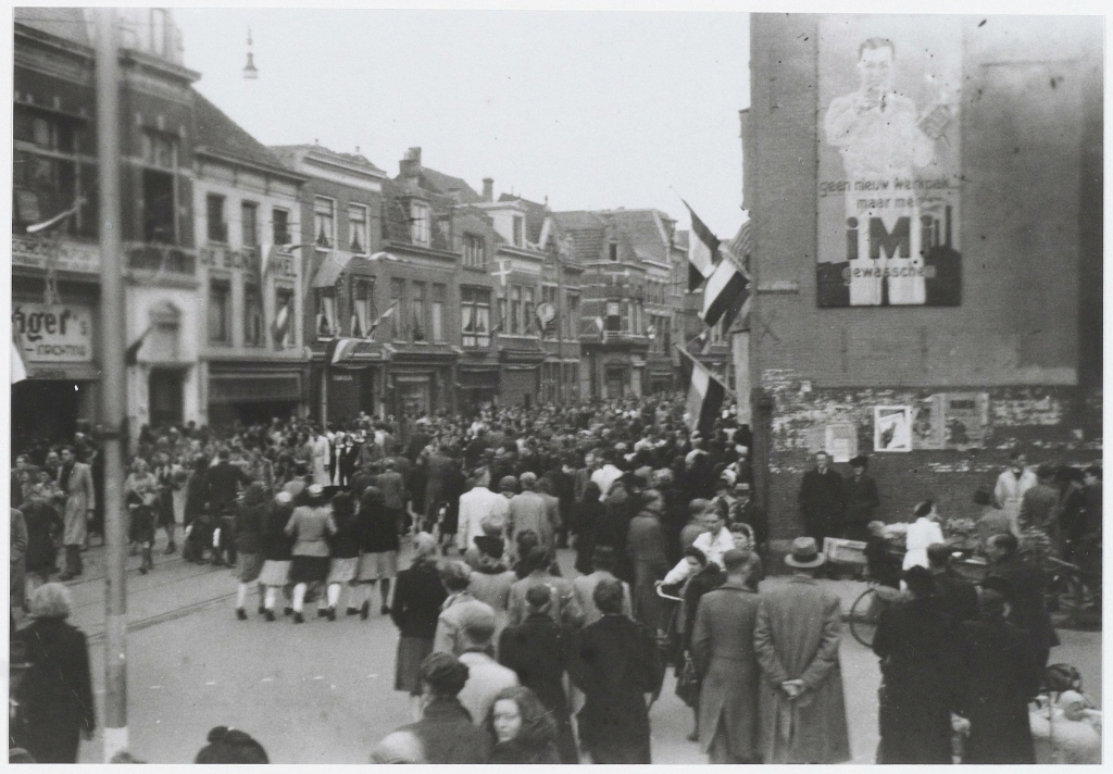 feestende menigte in verband met de bevrijding. Noord Hollands Archief © BDU media
