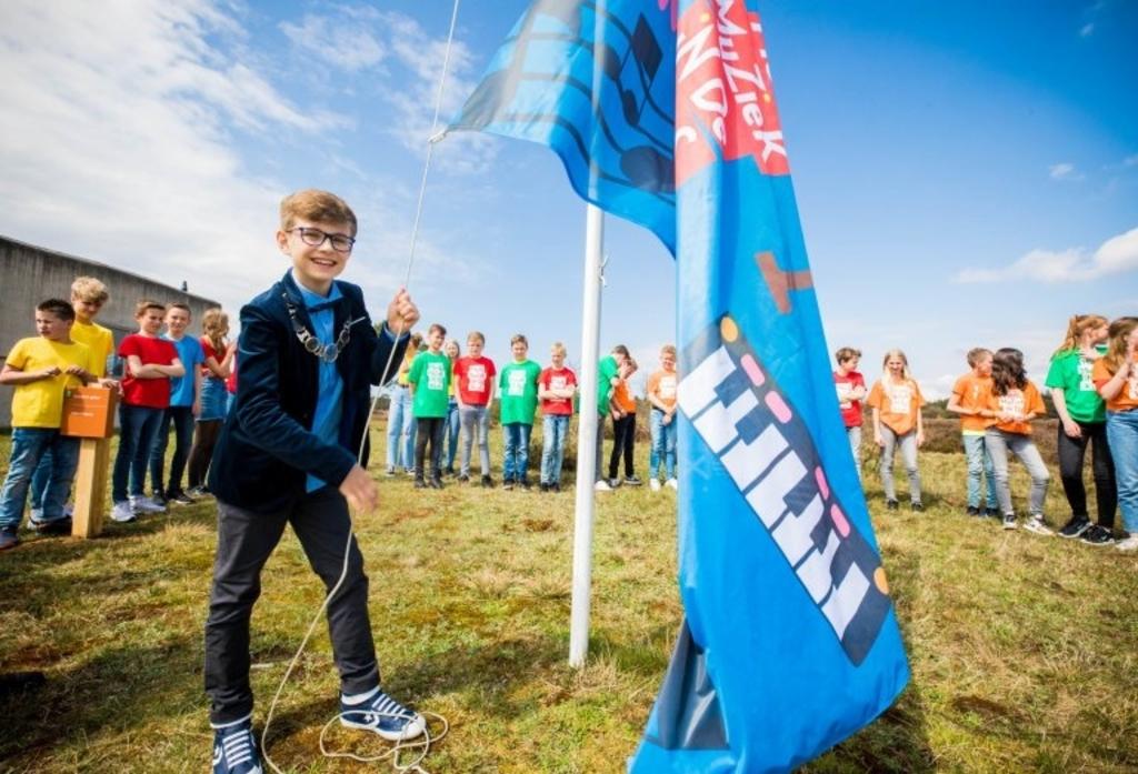 De kinderburgemeester van Harderwijk hijst de winnende vlag van de Gabriëlschool. Sander van Glist © BDU media