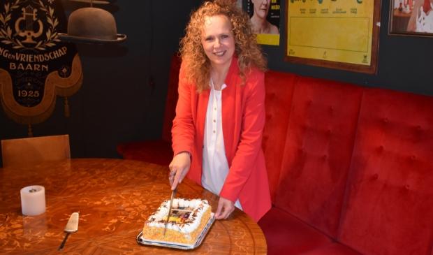 <p>Dani&euml;lle de Bruijn snijdt de taart aan.</p>
