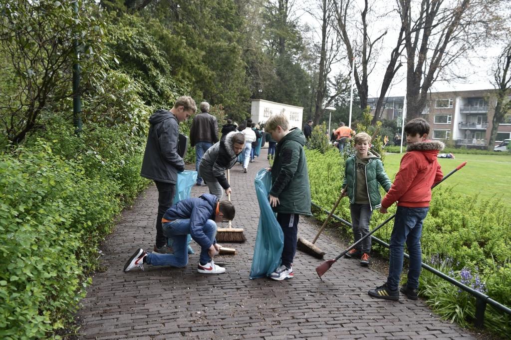 <p>Met onder meer bezems en vuilniszakken gingen de basisscholieren aan de slag.</p> Jaap van den Broek               © BDU media