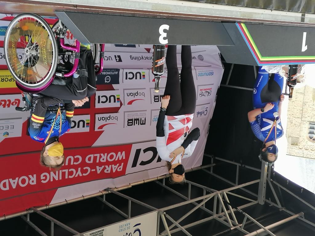 Op het podium. Beloning medaille en een Belgische biertje. JvS © BDU Media