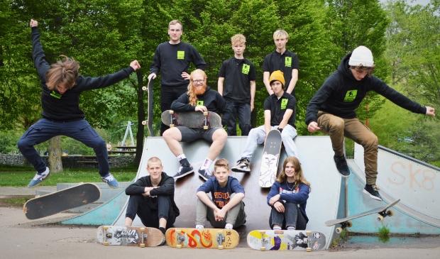 <p>&nbsp;De organisatoren van de skateschool, met Martin (links) en Matthijs (rechts) die een board trick doen. &nbsp;</p>