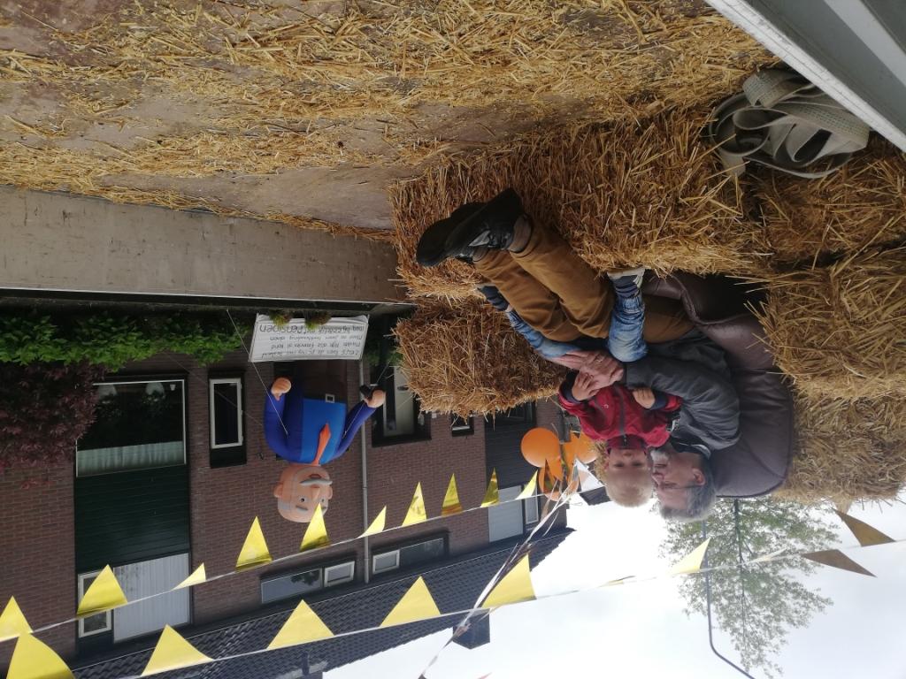 Rijk werd opgehaald door een tractor met mooi versierde kar Jeannette Bos-van der Lit © BDU media
