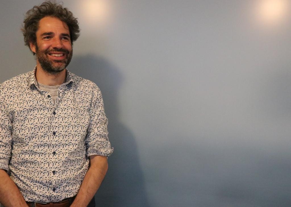 Kunstenaar Bruno van der Elshout bij een van zijn foto's. Wijnand Burger © BDU Media