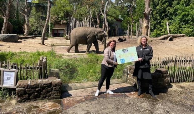 <p>Sandra van Soest (Links) met directeur Astrid Wassenaar.</p>