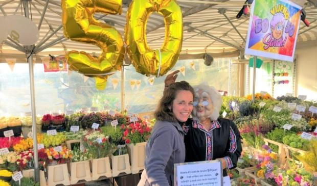 Cristel de Groot samen met 'sarah' in de bloemenkraam. Eigen foto © BDU media