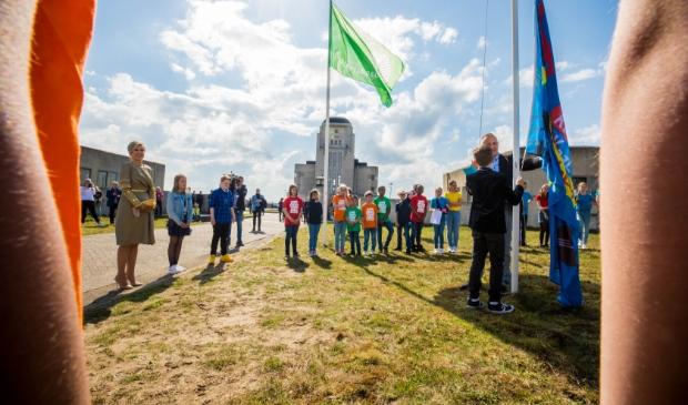 <p>Koningin M&aacute;xima kijkt toe hoe de vlag van de Gabri&euml;lschool wordt gehesen in Radio Kootwijk.</p>