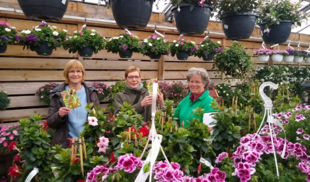 <p>De dames Opmeer (links) en Ten Haaf kregen de waardebond uit handen van Elsa Heinen. De drie andere prijswinnaars kwamen op een ander moment hun prijs ophalen.</p>