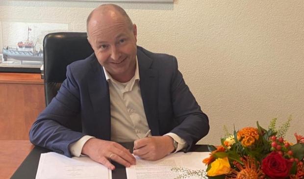Kees van de Graaf van Baggerbedrijf De Boer ondertekent de aankoop.