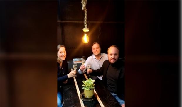 <p>Bernhard, El&egrave;ne en Marius proosten op de opening van de nieuwe online kunstgalerie op de Vita Nova in de Eem</p>
