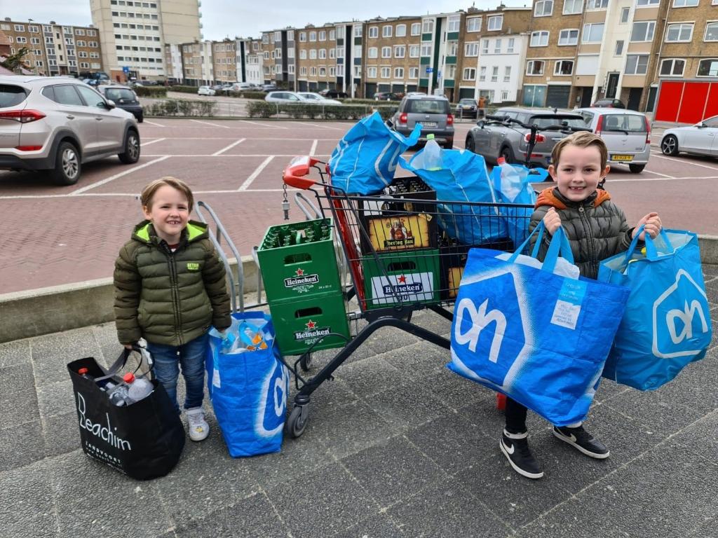 Bodhi en Mason haalden lege flessen op voor het goede doel. Linda Kerkman - van Nes © BDU Media