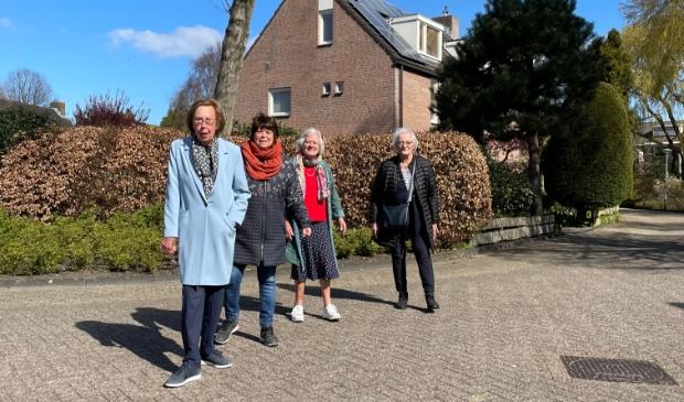 <p>In Aerdenhout staan Ria Wegla, vrijwilliger Annelies Abbas, Nel Jaspers en Leonora Basenau klaar om een &rsquo;cirkeltje&rsquo; te wandelen. </p>