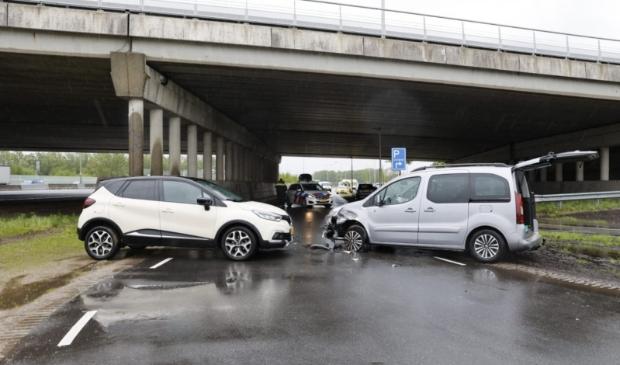 Twee auto's botste vanochtend tegen elkaar op de Maanderdijk voor de viaduct van de A12.