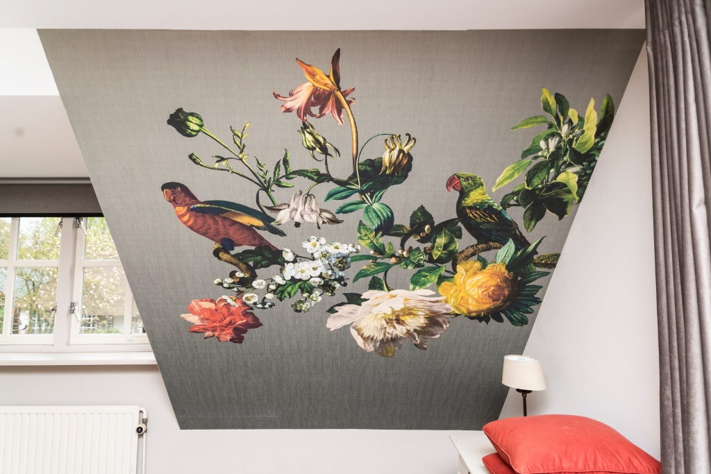 Voor de slaapkamer adviseerde de stylist van Rhetap behang met een grote vogelprint. Pauw Media © BDU media