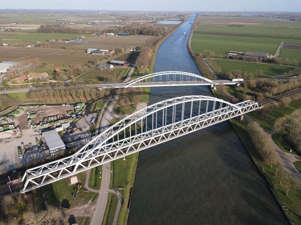 De spoor- en fietsbrug van bovenaf Jan Ausems © BDU media