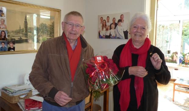 Marianne Hendriksen-Ansing (oud-burgemeester Hoevelaken) ontvangt gouden PvdA-jubilarisspeld uit handen van Ton Willems (bestuurslid PvdA NW-Veluwe).
