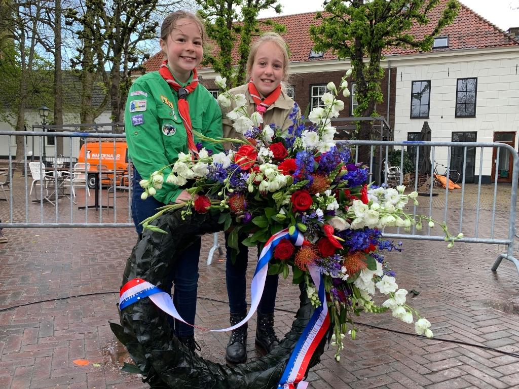 Scouts met bloemenkrans Annette Stolk © BDU media