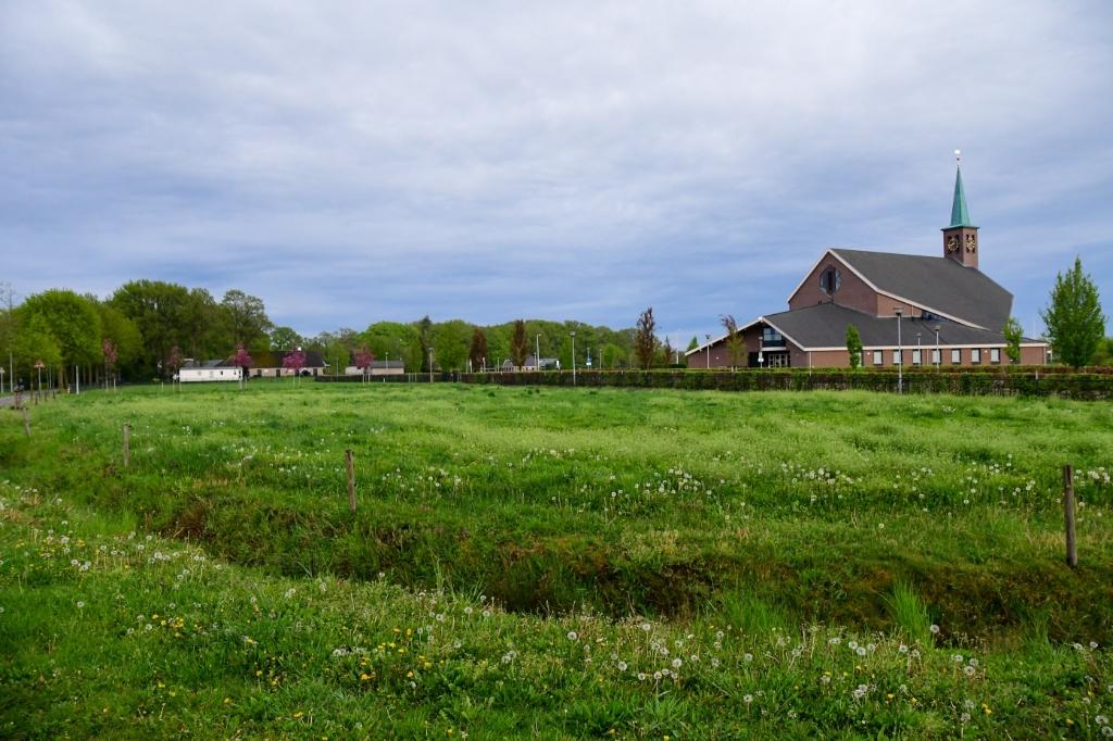 <p>Het beoogde terrein voor de flexwoningen aan de Bijsterenseweg, nabij de Hersteld Hervormde Kerk.</p>