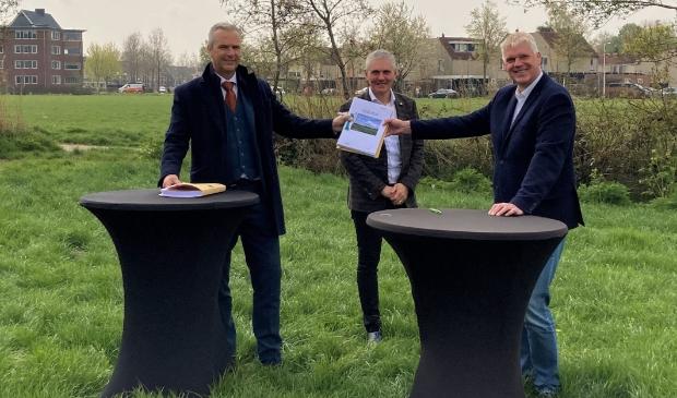 <p>Wethouder Wim Vos, Ard de Jong (Latei) en Jan van Barneveld (Alliantie Ontwikkeling) zetten vanmorgen hun handtekening onder een overeenkomst voor de ontwikkeling van Mastenbroek2 in Achterveld.</p>