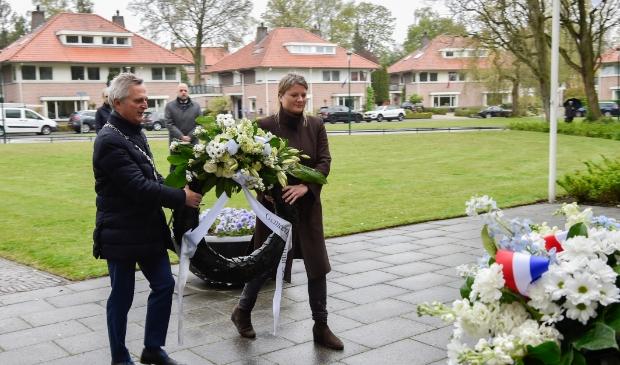 <p>Burgemeester Rob Metz en wethouder Aukje Treep leggen een krans in Soest.</p>