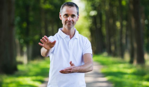 Arnout Ruitenberg doet een Tai Chi oefening