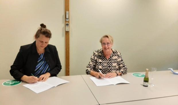 <p>Marian Teer, directeur van Woonstede en Esther Boertien, voorzitter van de bewonerscommissie Wethoudersbuurt.</p>