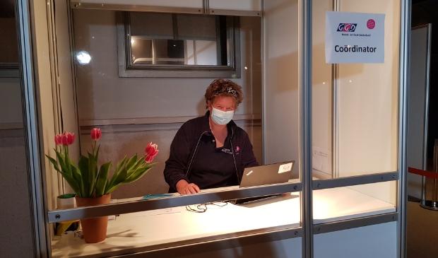 <p>Elly van Geest werkt als locatieco&ouml;rdinator op de vaccinatielocatie in het Dolfinarium in Harderwijk.</p>