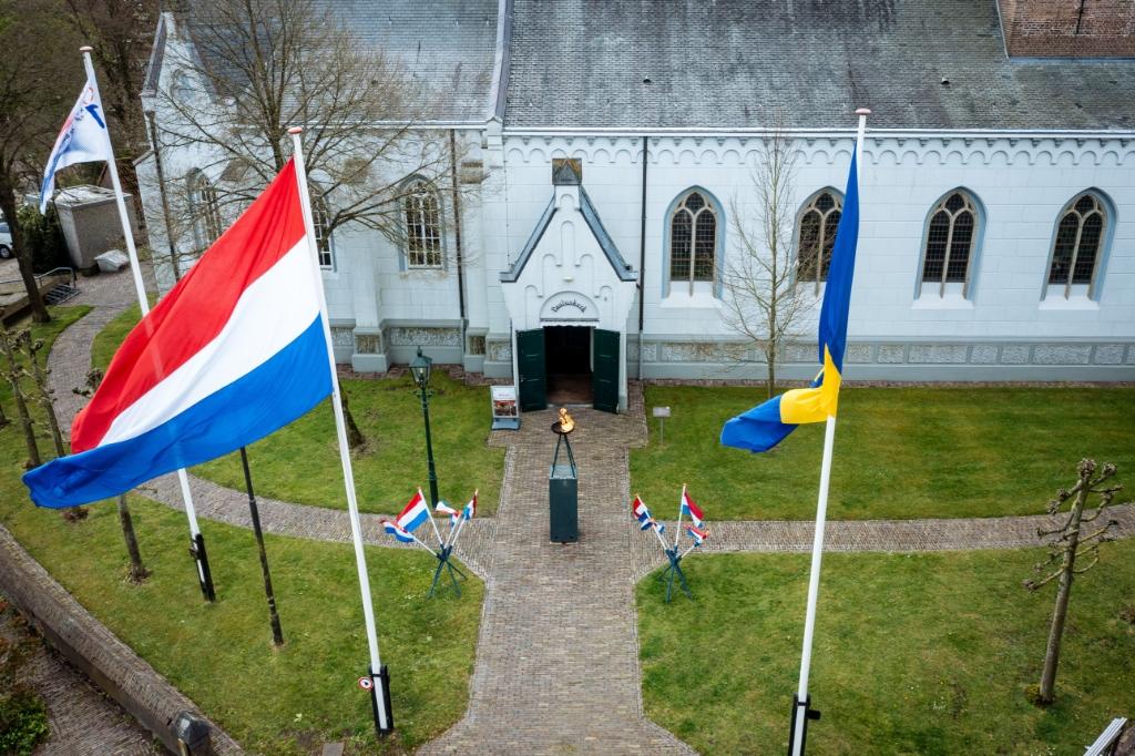 Het bevrijdingsvuur temidden van de nationale driekleur en de vlag van Baarn voor de Pauluskerk. Nufotograferen.nl  © BDU media